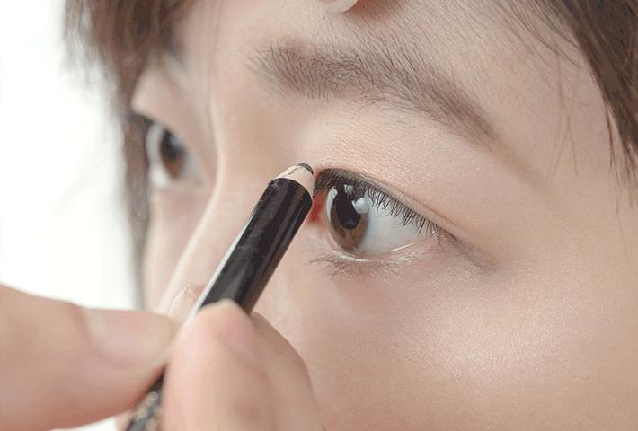 小さい目をできるだけ大きく見せる目元メイクの方法